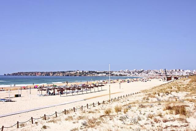 Lagos, Bồ Đào Nha: Là một địa điểm du lịch nổi bật trên bờ biển Algarve của miền nam Bồ Đào Nha, như một thiên đường dành cho du khách với những bãi biển hoang sơ, vịnh nhỏ tuyệt vời, cảnh quan xanh tươi, cảng cá...