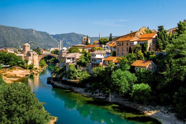 Mostar, Bosnia và Herzegovina: Các cây cầu cũ vắt qua sông chia thành phố thành hai phần - Bosnia và Croatia. Hiện tại, Mostar là nơi duy nhất có sự giao thoa giữa 2 nền văn minh và văn hoá Đông Tây. Điều này được cảm nhận không chỉ trong kiến trúc mà còn trong các món ăn truyền thống địa phương.