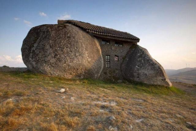 Nhà của đá (House of Stone) nằm tại Fafe, Bồ Đào Nha. Căn nhà được xây dựng từ bốn tảng đá lớn. Dù bề ngoài có vẻ thô sơ, mộc mạc nhưng bên trong nhà lại rất đủ tiện nghi. Ngôi nhà 2 tầng này được xây dựng vào năm 1974.