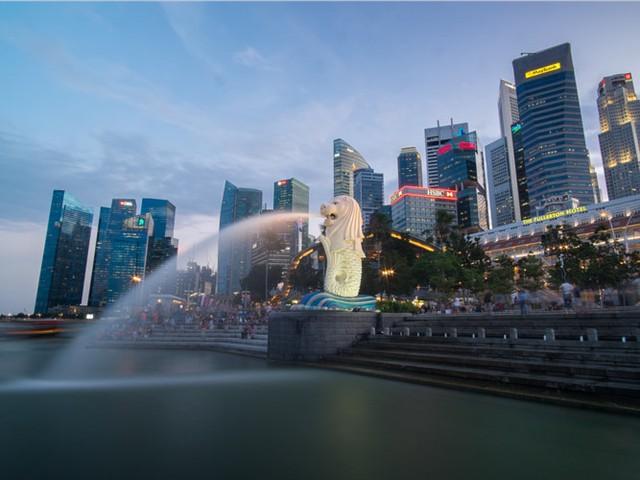 Singapore bao gồm tổng cộng 63 hòn đảo lớn nhỏ và là thiên đường ẩm thực, mua sắm hấp dẫn du khách. Nơi đây cũng nổi tiếng với bể bơi vô cực lớn nhất thế giới, nằm trên tầng 57 khách sạn Marina Bay Sands.