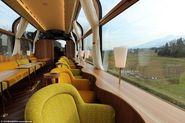 Những chiếc ghế bành được xoay ra ngoài, hành khách có thể thỏa thích ngắm cảnh trong suốt chuyến đi.