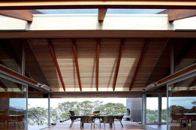 Nếu lớp kính khiến nhiệt độ tăng cao thì trần nhà mái vòm khiến không khí trong căn nhà thoáng mát hơn.