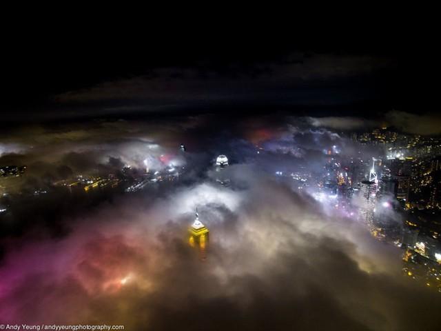 Yeung chụp loạt ảnh này trong mùa sương mù từ tháng Hai đến tháng Tư tại Hong Kong. Sương mù xuất hiện trong những tháng này vì có một luồng không khí biển ẩm ảnh hưởng đến các khu vực ven biển phía Nam Trung Quốc.