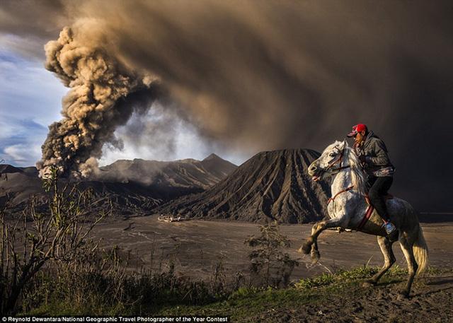 Nhiếp ảnh gia Reynold Dewantara chụp hình ảnh ấn tượng này khi núi lửa Bromo ở Probolinggo, Đông Java, Indonesia phun trào.
