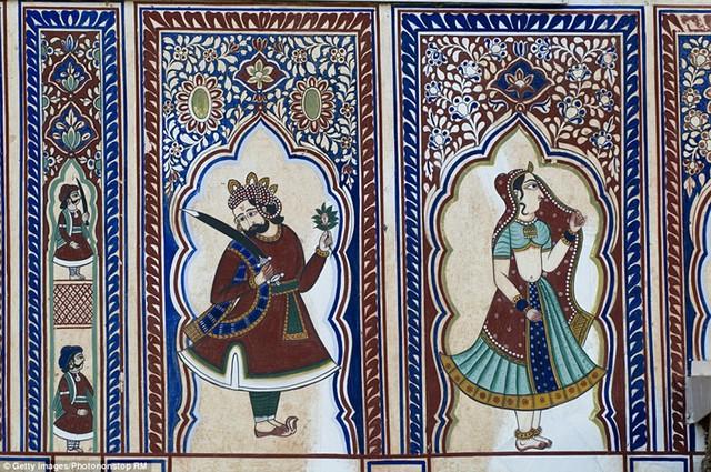 Các bức bích họa gần như phủ kín mọi centimet trên bề mặt của các bức tường hay trần nhà.