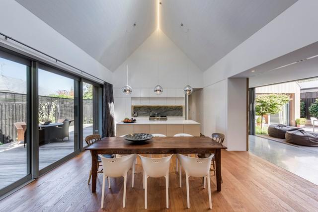 Khu vực bếp được thiết kế với khoảng không rộng ở hai bên tạo nên sự khác biệt và thông thoáng