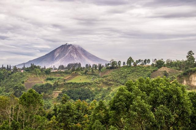 Các thị trấn và làng mạc lân cận nhiều lần bị bao phủ hoàn toàn trong dung nham và tro núi lửa, đặc biệt là các năm 2010, 2013, 2014 và 2015. Núi lửa phun trào gần đây nhất vào ngày 27/2/2016, để lại những đám mây chết người, dung nham và tro bụi ở độ cao 2.500 mét. Núi lửa hoạt động chắc chắn sẽ vẫn là mối đe dọa với cuộc sống của người dân trong tương lai.