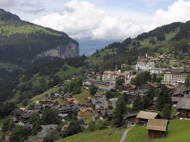 Ngôi làng miền núi duyên dáng Wengen ở Thụy Sĩ có những ngôi nhà gỗ ấm cúng, nơi bạn có thể nghỉ ngơi trước khi ra ngoài chơi dù lượn, đi bè trên sông hoặc đi bộ đường dài dọc theo các thung lũng và đồng cỏ tuyệt đẹp.