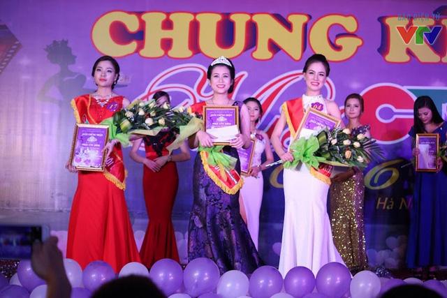 Á khôi 1 (bên tay phải) Bùi Thị Giang và Á khôi 2 (bên tay trái) Đinh Thúy Quỳnh.