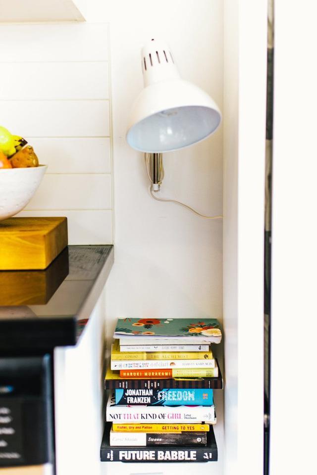 Ngay sát chiếc tủ giường đặc biệt là hốc tường nhỏ được sử dụng làm thành giá sách mini.