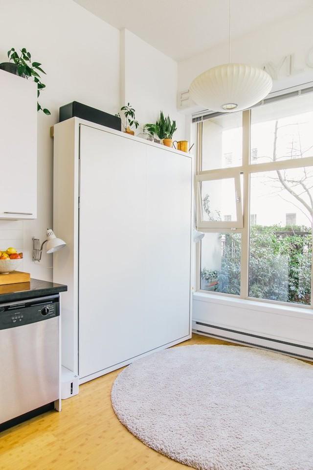Nhưng ở ngay bên cạnh không gian bếp là một chiếc tủ trắng vô cùng đặc biệt.