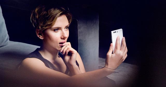 Cùng đồng hành với Henry Cavill là ngôi sao Scarlett Johansson