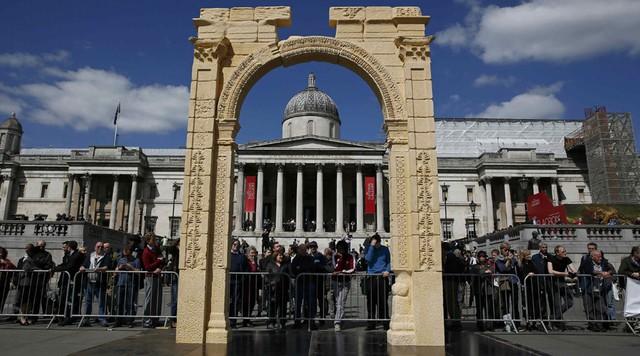 Bản sao của cánh cổng vòm cổ tại London thu hút rất đông khách du lịch (Ảnh: WireNews)