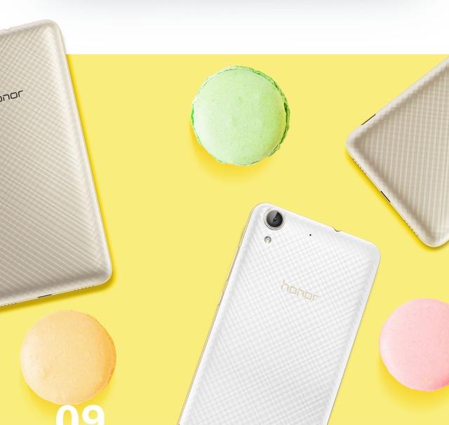 Ba phiên bản trắng, đen và vàng gold của sản phẩm được thiết kế đặc biệt hơn với các đường họa tiết bắt chéo theo phong cách 3D in trên vỏ máy