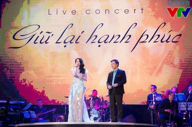 Mở đầu Giữ lại hạnh phúc, Thu Phương trong chiếc đầm xanh nhạt xuất hiện dịu dàng trên sân khấu với ca khúc Về đây nghe em.