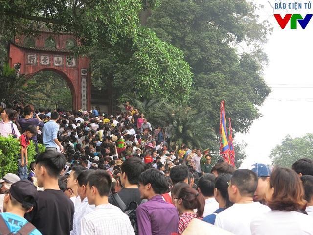 Du khách xếp hàng để hành lễ dâng hương trên các đền trên núi Nghĩa Lĩnh.