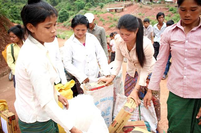 Đoàn đã trao tận tay bà con bản Tuộc 30 suất quà, bản Aky 70 suất quà gồm mì tôm, sữa, bánh kẹo, đồ chơi…