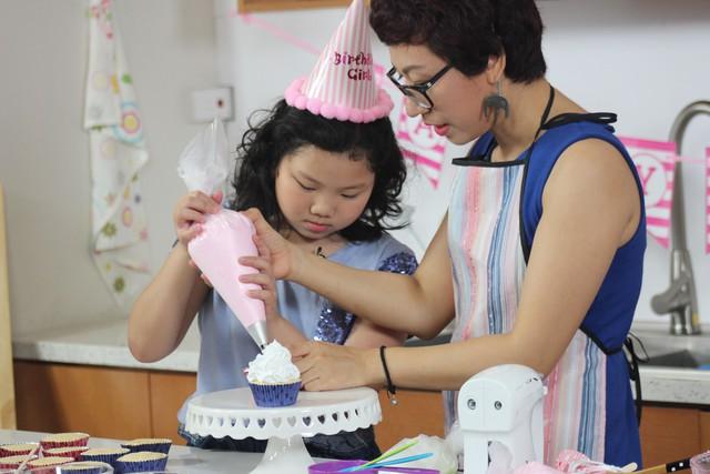Blogger Phan Anh hướng dẫn các em nhỏ làm bánh