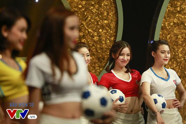 24 cô gái xinh đẹp, trẻ trung, tự tin, đam mê bóng đá sẽ đại diện cho 24 đội tuyển tham gia tranh tài tại EURO 2016. 24 cô gái này đã được BTC lựa chọn từ hàng trăm hồ sơ gửi về chương trình Nóng cùng EURO 2016 trong suốt thời gian vừa qua.