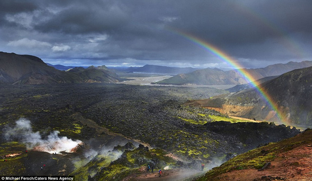 Ở Iceland, nhiếp ảnh gia cho biết, anh có thể đứng trên đỉnh núi, phóng tầm mắt ra xa hàng trăm km mà không hề thấy bất kỳ dấu hiệu nào của nền văn minh. Điều đó thật tuyệt vời.