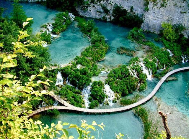 Nằm trong trung tâm Croatia, gần đường biên giới giữa Bosnia và Herzegovina, được bao phủ bởi rừng rậm, hồ Plitvice là một cảnh tượng đẹp mắt, với 16 hồ trong suốt đổ xuống và tạo ra hàng loạt những dòng thác nước giàu chất khoáng.
