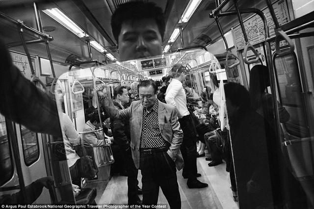 Hình ảnh phản chiếu độc đáo trên tàu điện ngầm ở Seoul, Hàn Quốc.
