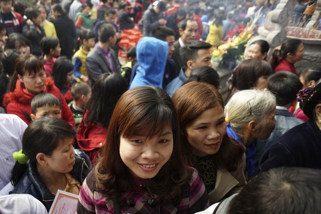 2 cô giáo trường THCS Chu Văn An huyện Thanh Trì cũng có mặt trong dòng người chờ được vào đình khai bút.