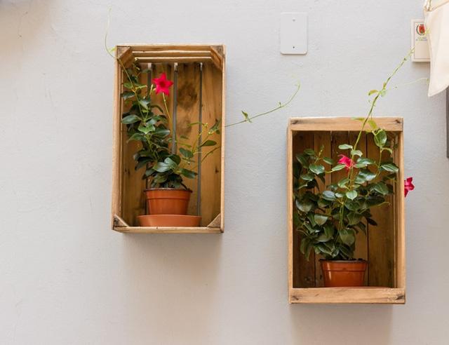 Hãy thử làm những kệ gỗ treo tường và đặt những bình hoa vào đó, ngôi nhà của bạn như được tô điểm bằng những bức tranh nổi sống động.
