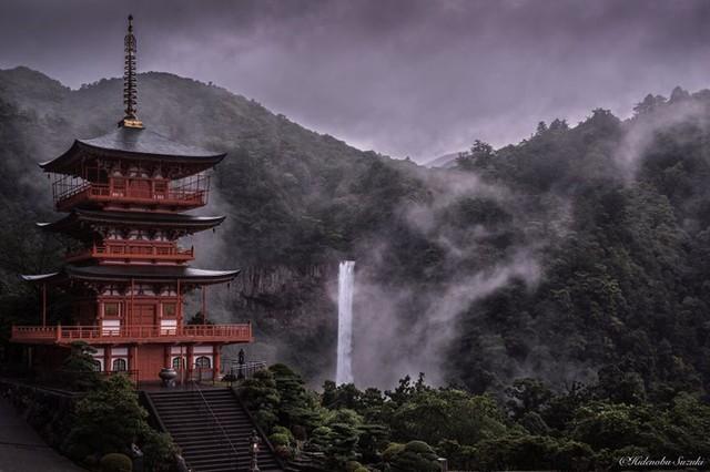 Ngôi đền linh thiêng Kumano Nachi Taishai cùng dòng thác Nachi ở Wakayama mờ ảo trong màn mưa.