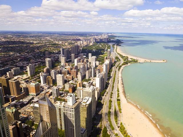 Chicago, nằm trên bờ hồ Michigan ở tiểu bang Illinois, là thành phố lớn thứ ba của Mỹ. Nơi đây nổi tiếng với những tòa nhà chọc trời, những sân vận động lớn và những lễ hội âm nhạc.