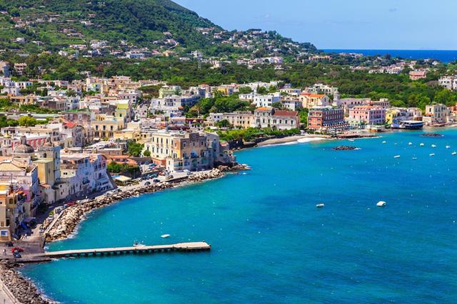 Ischia, Italy: là một trong số ít những bãi biển tuyệt đẹp ở Italy không có quá đông khách du lịch.