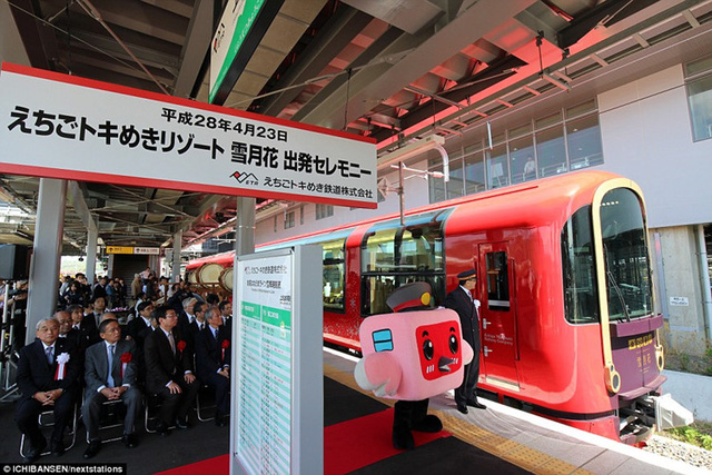 Hành khách đang chờ lênchuyến tàu của tương lai. Tàu chạy qua vùng phía tây của tỉnh Niigata ở Nhật Bản.