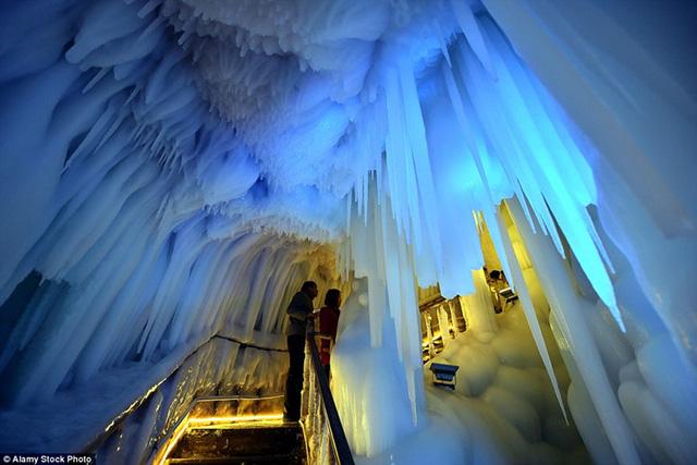 Hang động băng núi Luyashan chào đón khoảng 1.000 du khách một ngày và thời gian mở cửa từ giữa tháng 5 đến tháng 10.