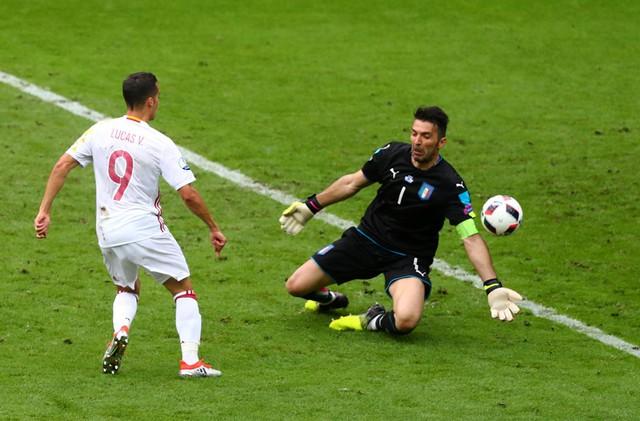 Buffon góp công lớn vào thắng lợi của ĐT Italia
