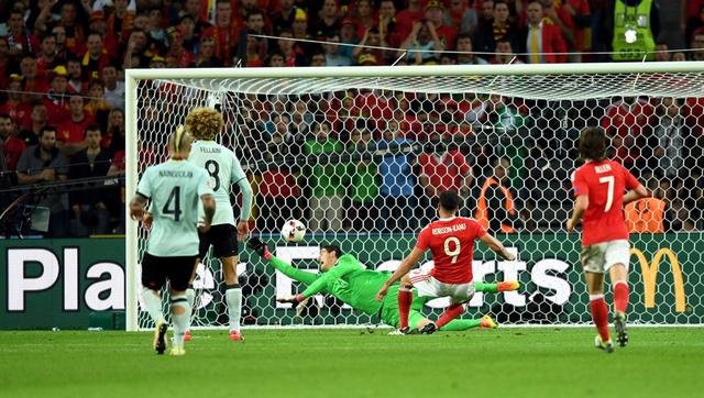 Robson-Kanu xứ lý ấn tượng, ghi bàn nâng tỷ số lên 2-1 cho Xứ Wales
