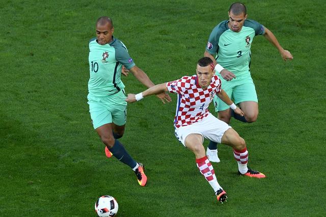 Lối đá phòng ngự tiêu cực của Bồ Đào Nha (áo xanh) nhận rất nhiều chỉ trích. Ảnh: UEFA