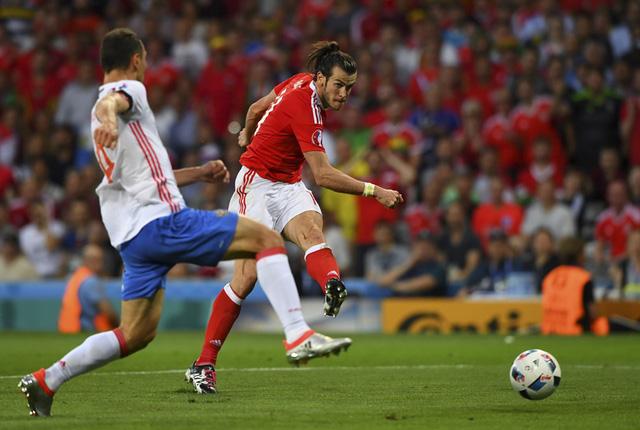 ĐT Nga (áo trắng) thất bại nặng nề trong trận đấu trước xứ Wales