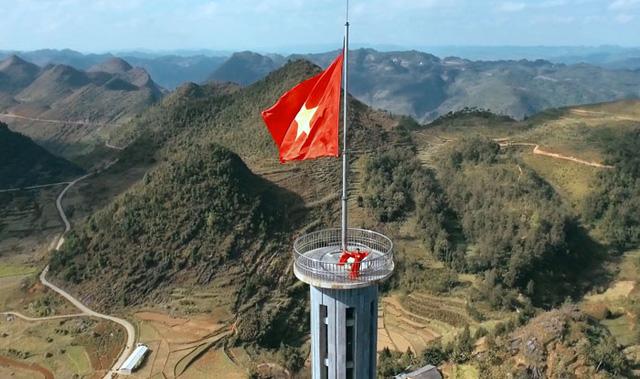 Giàng Hoa hát trên Cột cờ Lũng Cú