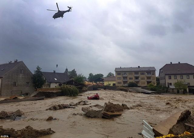 Khung cảnh hoang tàn tại ngoại ô Paris trong trận ngập lụt lịch sử