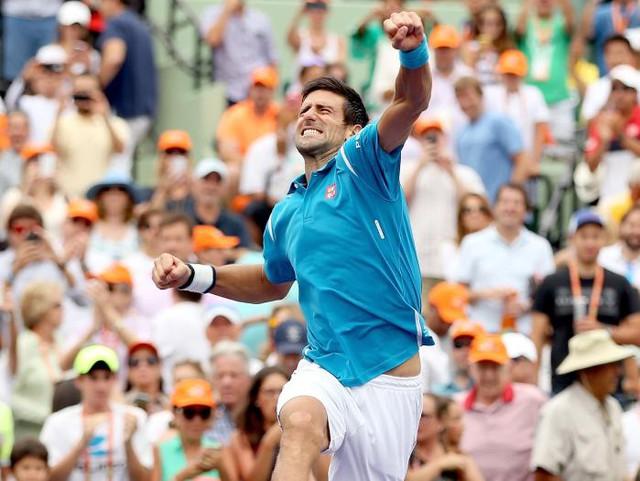 Novak Djokovic ăn mừng chiến thắng ở Miami Open (Ảnh: Getty)