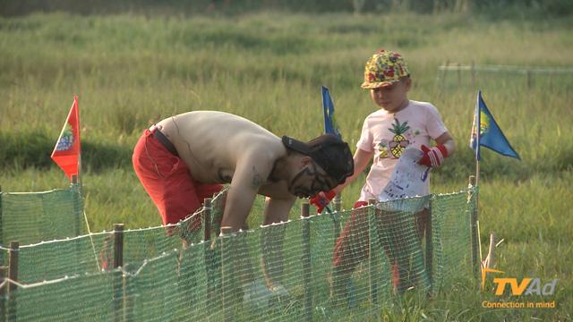 Sau khi hoàn thành công việc cột heo, cuộc đua được bắt đầu với không khí không thể vui nhộn hơn.