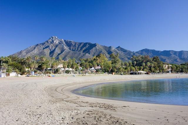 Marbella, Tây Ban Nha: Một bãi biển trải dài với cát trắng và phía sâu là không gian rợp bóng cây xanh sẽ làm xiêu lòng bất kỳ du khách nào.
