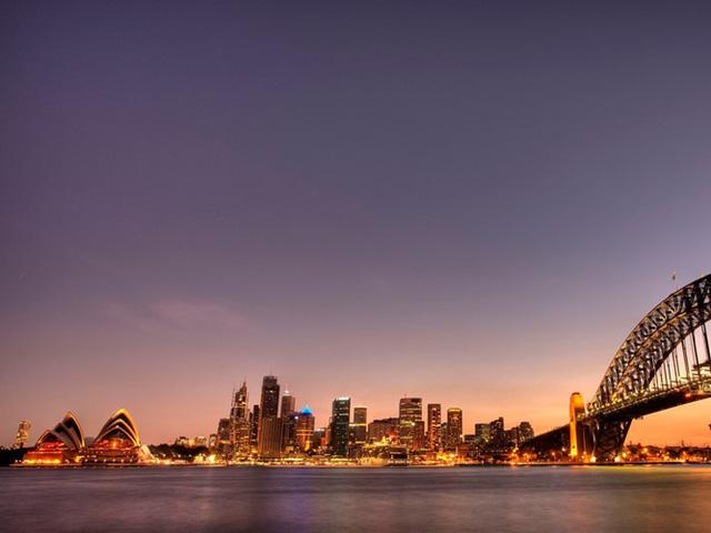 Ghé thăm Sydney, Australia, du khách có thể tận hưởng khung cảnh hoàng hôn tuyệt đẹp trên biển. Những người yêu thiên nhiên có thể ghé thăm một số điểm tham quan nổi tiếng như Vườn bách thảo hoàng gia, trong khi người sành ăn có thể dừng chân ở nhà hàng Quay của đầu bếp Tetsuya.