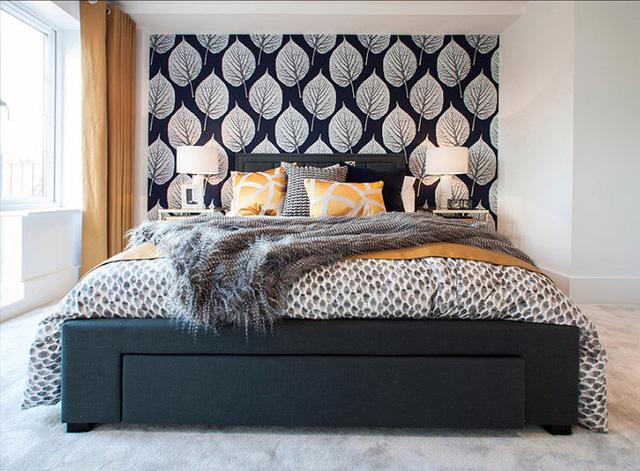 Họa tiết trên tường, giường và phụ kiện xung quanh đem lại sự ấn tượng cho phòng ngủ.