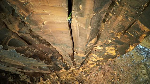 Giải Nhất chủ đề Thể thao mạo hiểm: Leo vách núi ở thị trấn Moab (bang Utah, Mỹ).