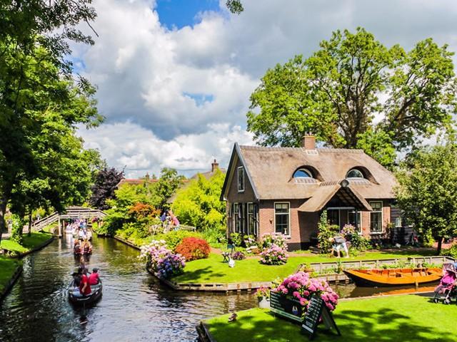 Với địa thế trên vùng sông nước, ngôi làng Giethoorn ở Hà Lan khiến bất cứ du khách nào cũng phải ngẩn ngơ khi ghé thăm bởi vẻ đẹp thanh bình, quyến rũ. Giethoorn còn được mệnh danh là Venice của Hà Lan với phương tiện di chuyển chủ yếu là thuyền và cano với động cơ điện im lặng.