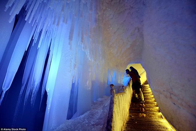 Khách du lịch có thể dành 1 tiếng đồng hồ trong hang động được chiếu sáng bởi 200 bóng đèn với màu sắc khác nhau.