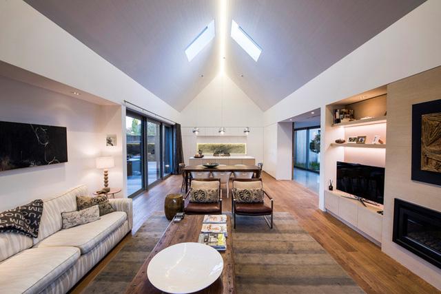 Những đồ nội thất trong nhà cũng được các kiến trúc sư khéo léo kết hợp giữa màu trắng và nhiều gam màu gỗ tự nhiên