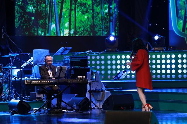 Đêm nhạc còn là cái dịu dàng, e ấp của người đàn bà lửa Thanh Lam khi chị chững lại và dịu êm bên Quốc Trung trong hai ca khúc Đố tình, Tre xanh ru...