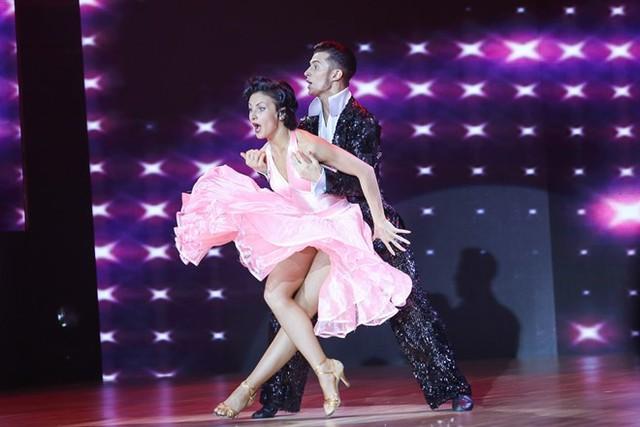 Cặp đôi đến từ nước Nga mang đến không khí sôi động qua những bước nhảy điêu luyện của thể loại Rumba kết hợp Chacha và Samba. Maksim Elfimov & Evgeniya Churikova hiện là cặp đôi đại diện thi đấu cho Nga tại các giải đấu quốc tế.